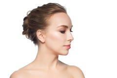 Mooi jong vrouwengezicht over witte achtergrond royalty-vrije stock fotografie