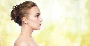 Mooi jong vrouwengezicht over witte achtergrond stock afbeeldingen