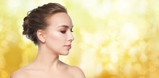 Mooi jong vrouwengezicht over witte achtergrond stock foto's