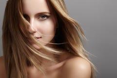 Mooi jong vrouwenmodel met vliegend licht haar Schoonheids schone huid, maniermake-up Kapsel, haircare, samenstelling stock afbeeldingen