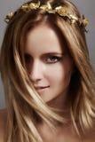 Mooi jong vrouwenmodel met vliegend licht haar Schoonheids schone huid, maniermake-up Kapsel, haircare, samenstelling stock foto
