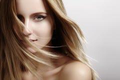 Mooi jong vrouwenmodel met vliegend licht haar Schoonheids schone huid, maniermake-up Kapsel, haircare, samenstelling royalty-vrije stock fotografie