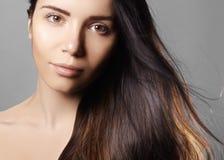 Mooi jong vrouwenmodel met vliegend licht kleurenhaar Schoonheidsportret met schone huid, de make-up van de glamourmanier Stock Fotografie