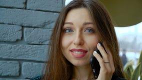 Mooi jong wijfje die toevallig gesprek op mobiele telefoon hebben stock video