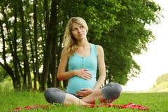 Mooi jong zwanger meisje op aard stock foto