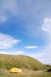Mooi kampeerterrein onder de blauwe hemel. Royalty-vrije Stock Afbeeldingen