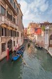 Mooi Kanaal in Venetië en gondelier stock afbeeldingen