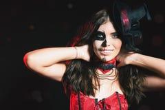 Mooi kapsel en enge make-up bij Halloween-partij stock foto
