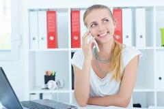 Mooi Kaukasisch glimlachend jong meisje die op de mobiele telefoon spreken Royalty-vrije Stock Afbeeldingen