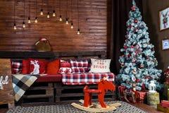 Mooi Kerstmis binnenlands ontwerp Zaal met houten wordt verfraaid die stock afbeeldingen