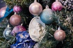 Mooi Kerstmisdecor, Nieuw jaarspeelgoed, gloed in de donkere slinger Kerstboom met speelgoed en ballons wordt verfraaid die Feest Royalty-vrije Stock Afbeeldingen