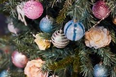 Mooi Kerstmisdecor, Nieuw jaarspeelgoed, gloed in de donkere slinger Kerstboom met speelgoed en ballons wordt verfraaid die Feest Stock Foto's