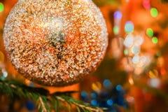 Mooi Kerstmisstuk speelgoed Gouden gebied op kleurrijke bokehbackgrou Royalty-vrije Stock Foto's