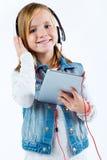 Mooi kind die aan muziek met digitale tablet luisteren Royalty-vrije Stock Afbeelding