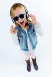 Mooi kind die aan muziek met digitale tablet luisteren Royalty-vrije Stock Fotografie