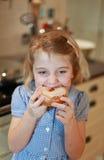 Mooi kind die een cake eten Stock Foto