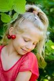 Mooi kind met het portret van kersenearings Royalty-vrije Stock Afbeeldingen
