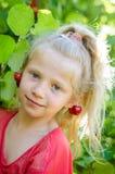 Mooi kind met het portret van kersenearings Royalty-vrije Stock Foto