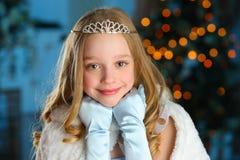 Mooi kind op de achtergrond van een Nieuwjaarboom Royalty-vrije Stock Afbeelding