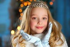 Mooi kind op de achtergrond van een Nieuwjaarboom Stock Fotografie