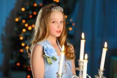 Mooi kind op de achtergrond van een Nieuwjaarboom Royalty-vrije Stock Foto's
