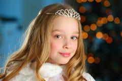 Mooi kind op de achtergrond van een Nieuwjaarboom Royalty-vrije Stock Afbeeldingen