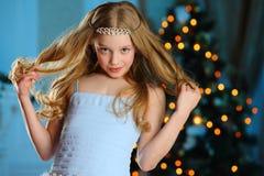 Mooi kind op de achtergrond van een Nieuwjaarboom Stock Afbeelding