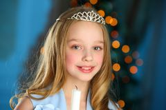 Mooi kind op de achtergrond van een Nieuwjaarboom Stock Foto