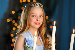 Mooi kind op de achtergrond van een Nieuwjaarboom Royalty-vrije Stock Foto