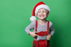 Mooi kleedde weinig jongen zich als Kerstmiself met grote glimlach Kerstmistak en klokken Royalty-vrije Stock Afbeelding