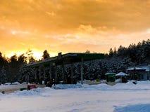 Mooi klein benzinestation voor het bijtanken van auto's met brandstof, benzine en diesel bij zonsondergang in de winter royalty-vrije stock fotografie