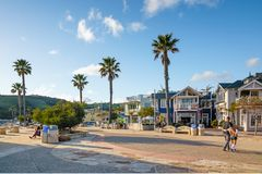 Mooi Klein Stadsavila Strand Street View, Heuvels, Palmen, en Lopende Mensen stock afbeelding
