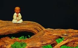 Mooi kleistandbeeld van wat monnik het bidden royalty-vrije stock afbeelding