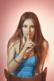 Mooi kleurrijk gestemd studioportret van sensuele jonge vrouw Stock Foto's