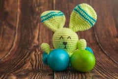 Mooi kleurrijk paaseieren en konijntjesstuk speelgoed Pasen-concept op houten achtergrond royalty-vrije stock afbeeldingen