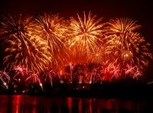 Mooi, kleurrijk vuurwerk boven de rivier tijdens een Onafhankelijkheidsdag Stock Foto
