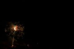 Mooi kleurrijk vuurwerk in een nachthemel Stock Fotografie