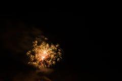 Mooi kleurrijk vuurwerk in een nachthemel Stock Afbeelding