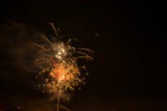 Mooi kleurrijk vuurwerk in een nachthemel Royalty-vrije Stock Foto