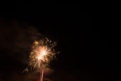 Mooi kleurrijk vuurwerk in een nachthemel Royalty-vrije Stock Fotografie
