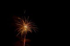 Mooi kleurrijk vuurwerk in een nachthemel Stock Foto