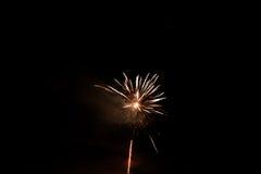 Mooi kleurrijk vuurwerk in een nachthemel Stock Foto's