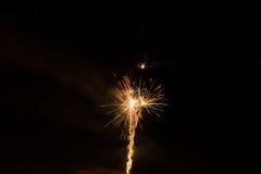 Mooi kleurrijk vuurwerk in een nachthemel Royalty-vrije Stock Afbeeldingen
