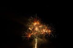 Mooi kleurrijk vuurwerk in een nachthemel Stock Afbeeldingen