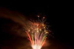 Mooi kleurrijk vuurwerk in een nachthemel Royalty-vrije Stock Foto's