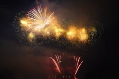 Mooi kleurrijk vuurwerk op de waterspiegel met een schone zwarte achtergrond Pretfestival en internationale wedstrijd van Firefig Stock Fotografie
