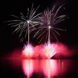 Mooi kleurrijk vuurwerk op water Brno dam Internationale Vuurwerkconcurrentie Ignis Brunensis Brno - Tsjechische Republiek - Euro Royalty-vrije Stock Afbeelding
