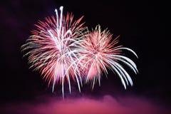 Mooi kleurrijk vuurwerk op water Brno dam Internationale Vuurwerkconcurrentie Ignis Brunensis Brno - Tsjechische Republiek - Euro Stock Fotografie