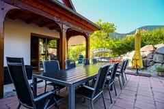 Mooi kosthuis met terras in de Elzas, Frankrijk Alpiene styl Stock Afbeeldingen