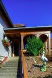 Mooi kosthuis met terras in de Elzas, Frankrijk Alpiene styl Stock Afbeelding